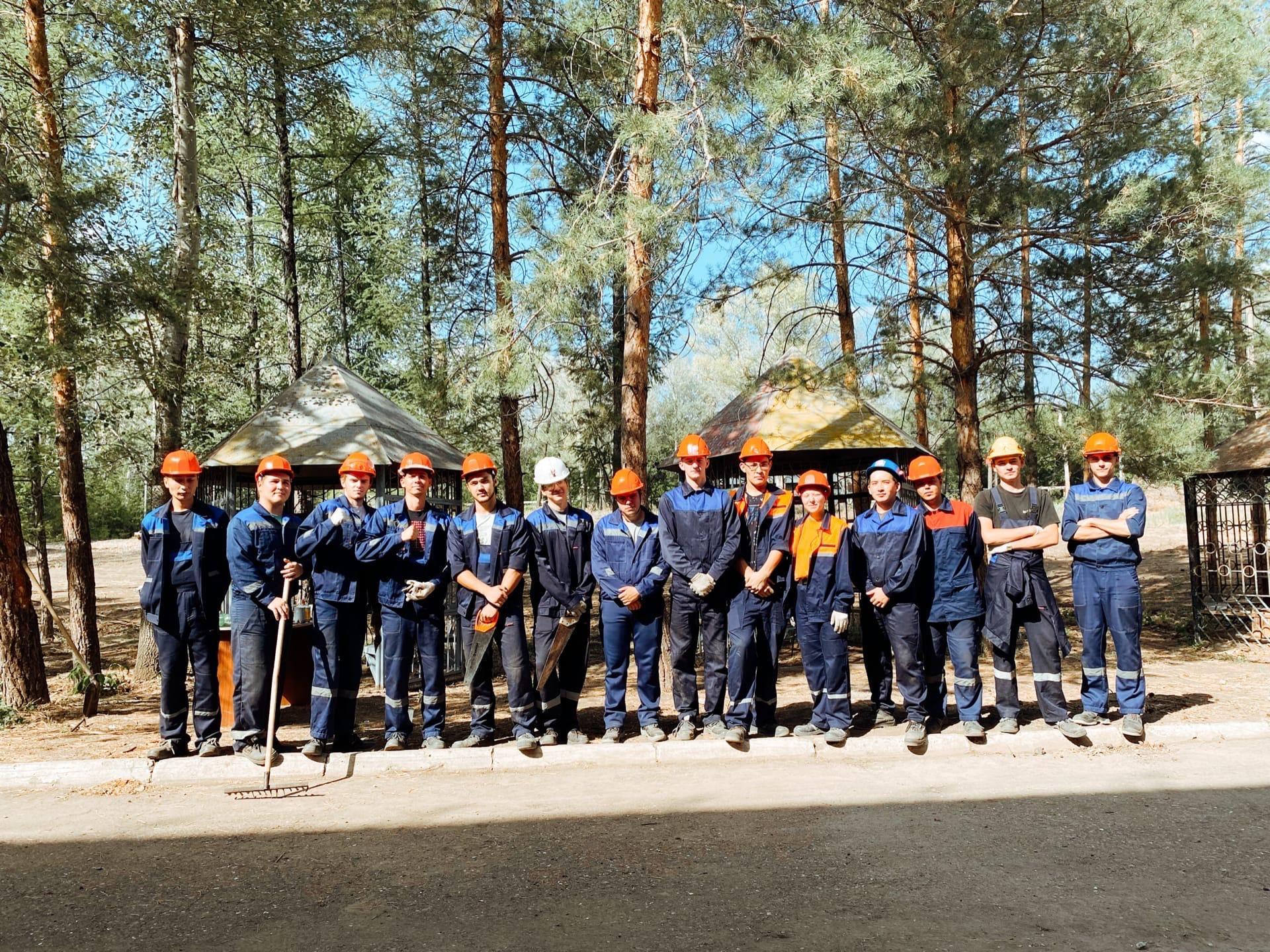 Бойцы студенческих строительных отрядов Оренбургского государственного университета продолжают наводить порядок в тренинговом центре «Искра» в Дубках